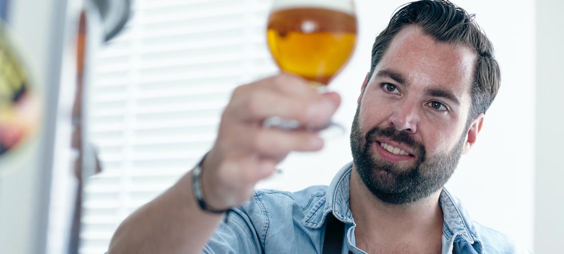 Man kijkt naar bier